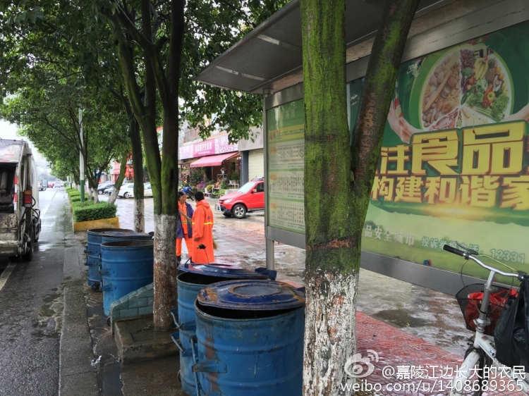 【惊】垃圾桶强势霸站彭州公交站台-彭米网
